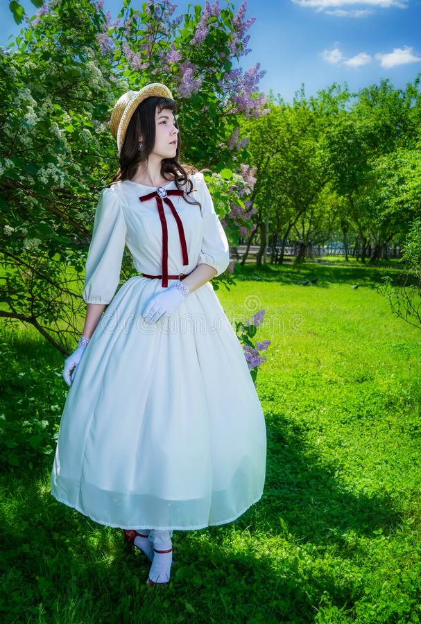 La mujer camina en el parque en primavera imágenes de archivo libres de regalías