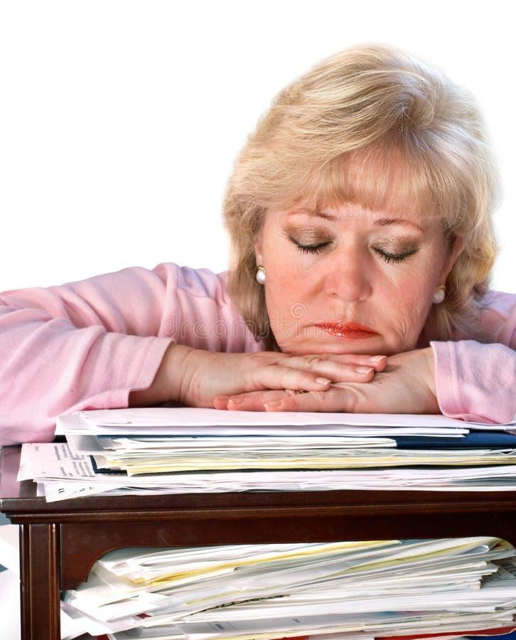 La mujer cansada dormita fotos de archivo