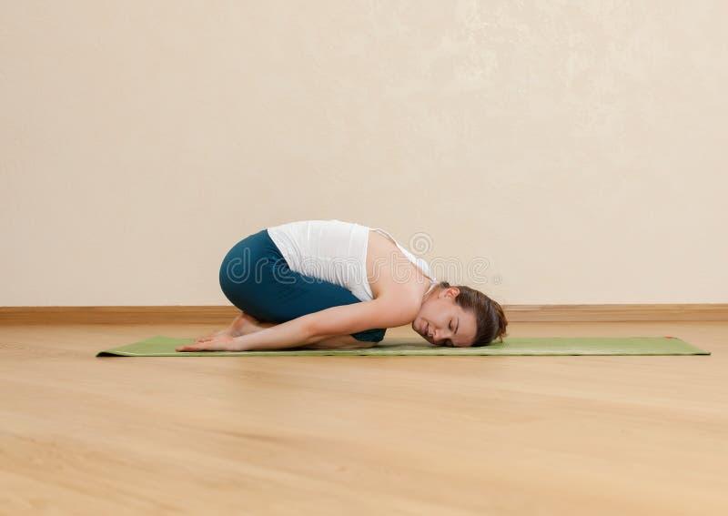 La mujer caucásica está practicando yoga foto de archivo