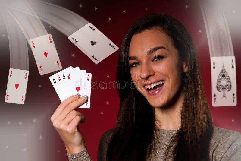 La mujer caucásica hermosa con el póker carda el juego en casino fotos de archivo