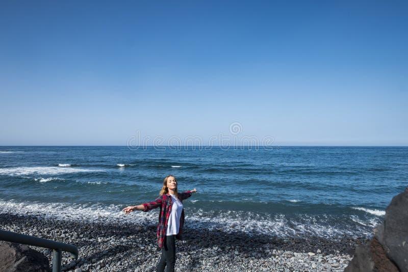 La mujer caucásica joven hermosa agradable disfruta y se divierte en la playa en vacaciones de verano concepto de las vacaciones  fotografía de archivo