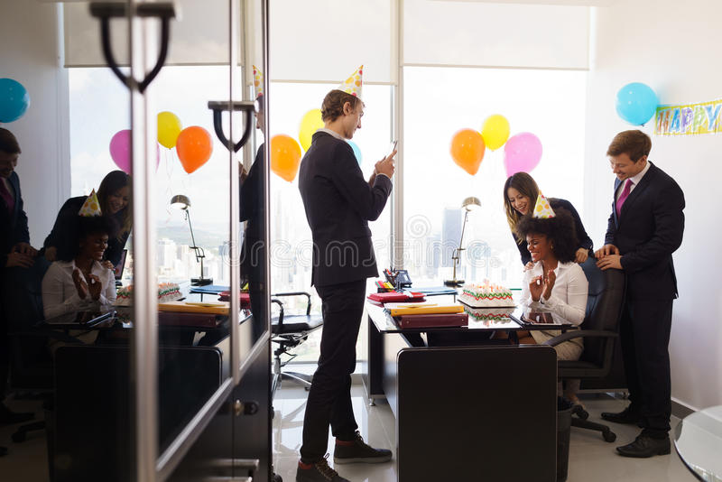 La mujer celebra la fiesta de cumplea os en oficina de for Fiesta en la oficina