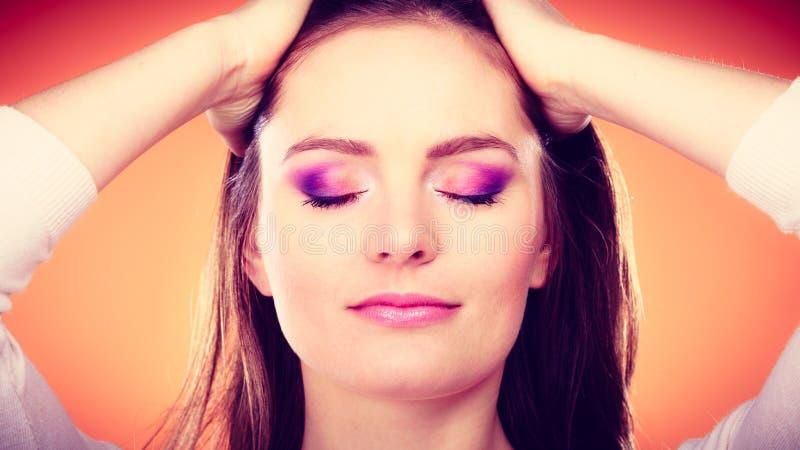 La mujer cerrada observa el retrato colorido del maquillaje foto de archivo libre de regalías