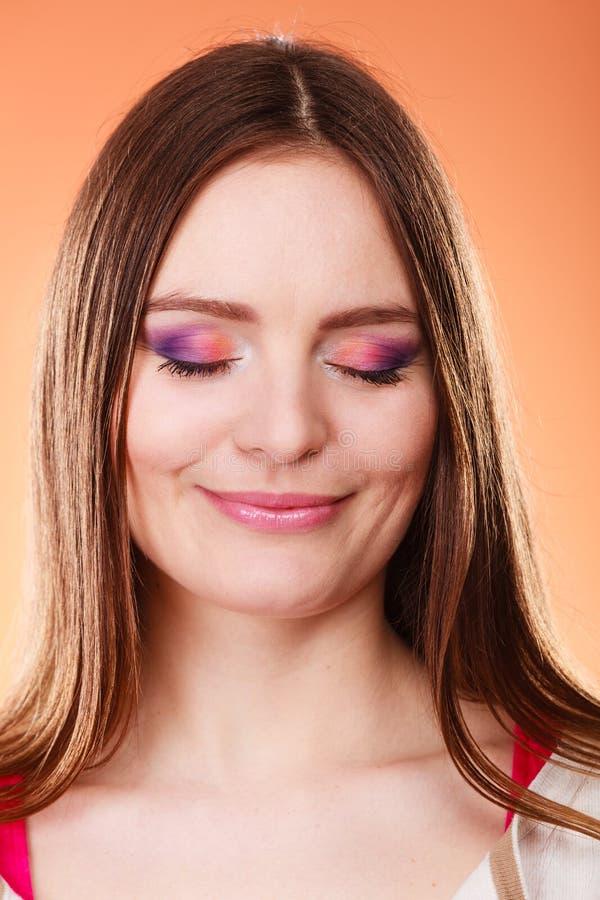 La mujer cerrada observa el retrato colorido del maquillaje fotos de archivo libres de regalías