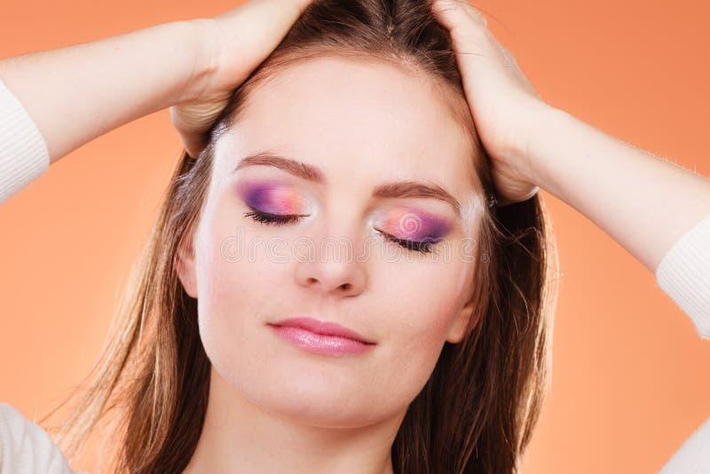 La mujer cerrada observa el retrato colorido del maquillaje imagen de archivo