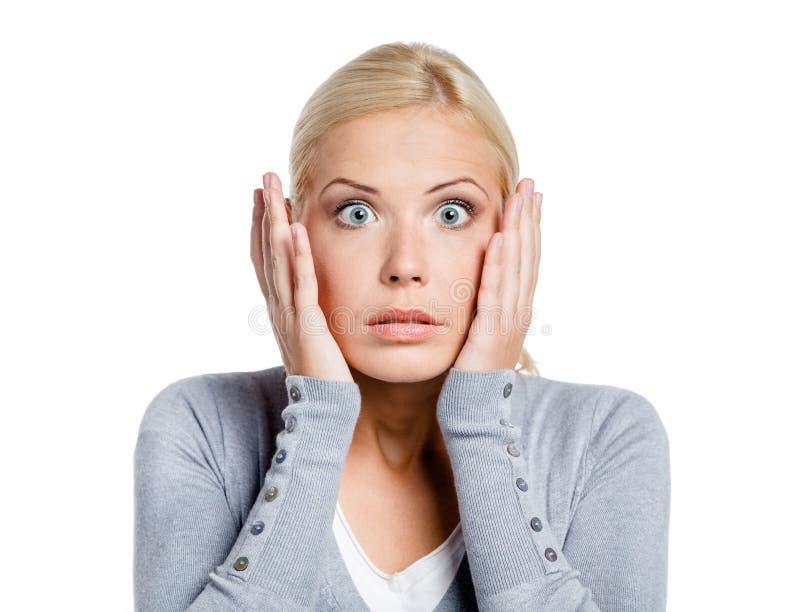 La mujer chocada pone las manos en la cabeza fotos de archivo libres de regalías