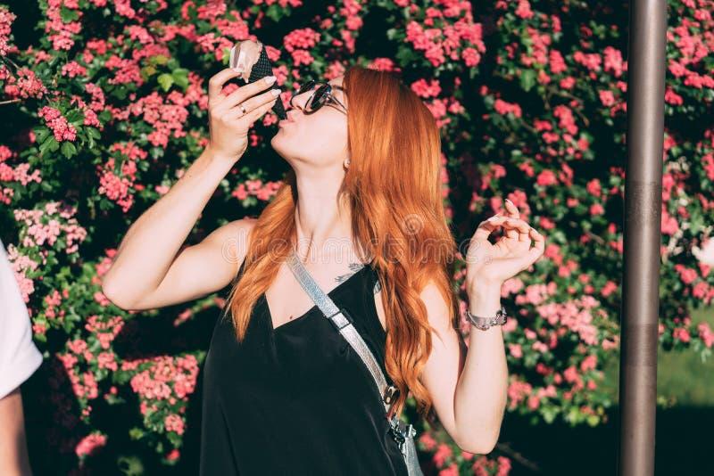 La mujer come el helado dulce fotografía de archivo