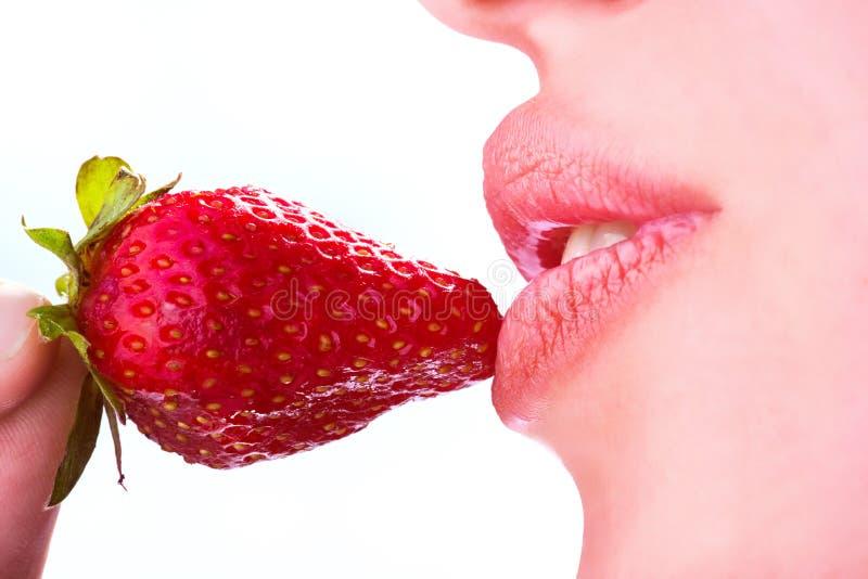 La mujer come la fresa imagen de archivo