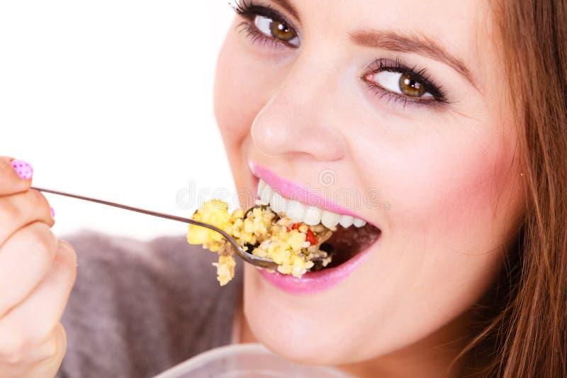 La mujer come la harina de avena con las frutas secas dieting foto de archivo libre de regalías