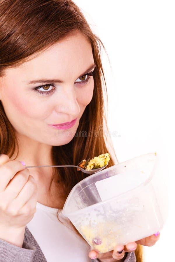 La mujer come la harina de avena con las frutas secas dieting fotografía de archivo