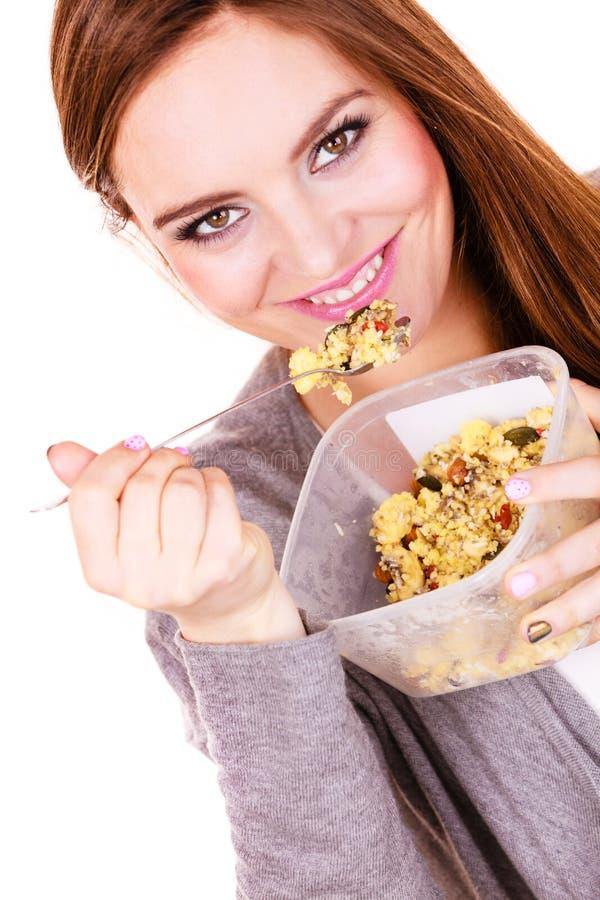 La mujer come la harina de avena con las frutas secas dieting imágenes de archivo libres de regalías