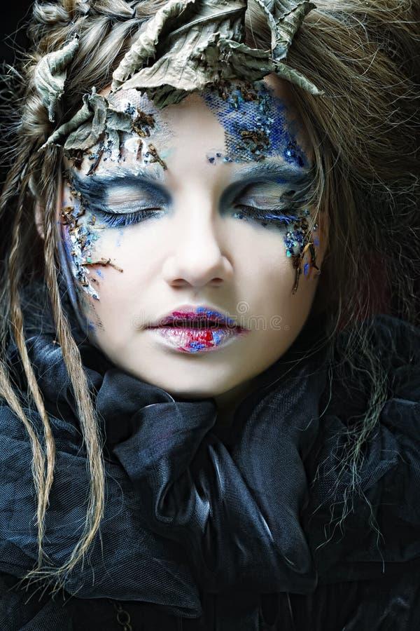 La mujer con creativo compone. Tema de Víspera de Todos los Santos. imagen de archivo