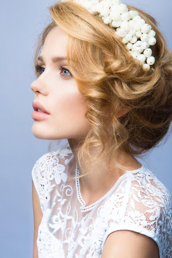 la mujer con el palillo Retrato del encanto del modelo hermoso de la mujer con maquillaje fresco y el peinado ondulado romántico fotografía de archivo libre de regalías