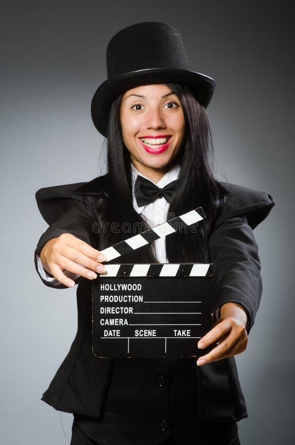 La mujer con el sombrero del vintage y la película suben fotografía de archivo