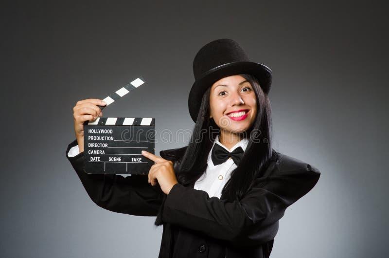 La mujer con el sombrero del vintage y la película suben imagen de archivo
