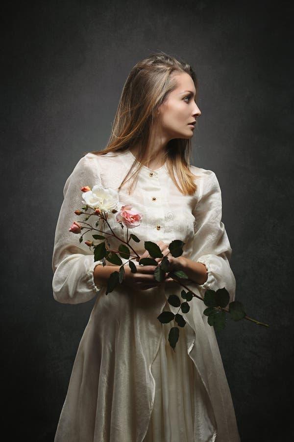La mujer con el vestido del victorian da vuelta a maneras laterales fotos de archivo libres de regalías