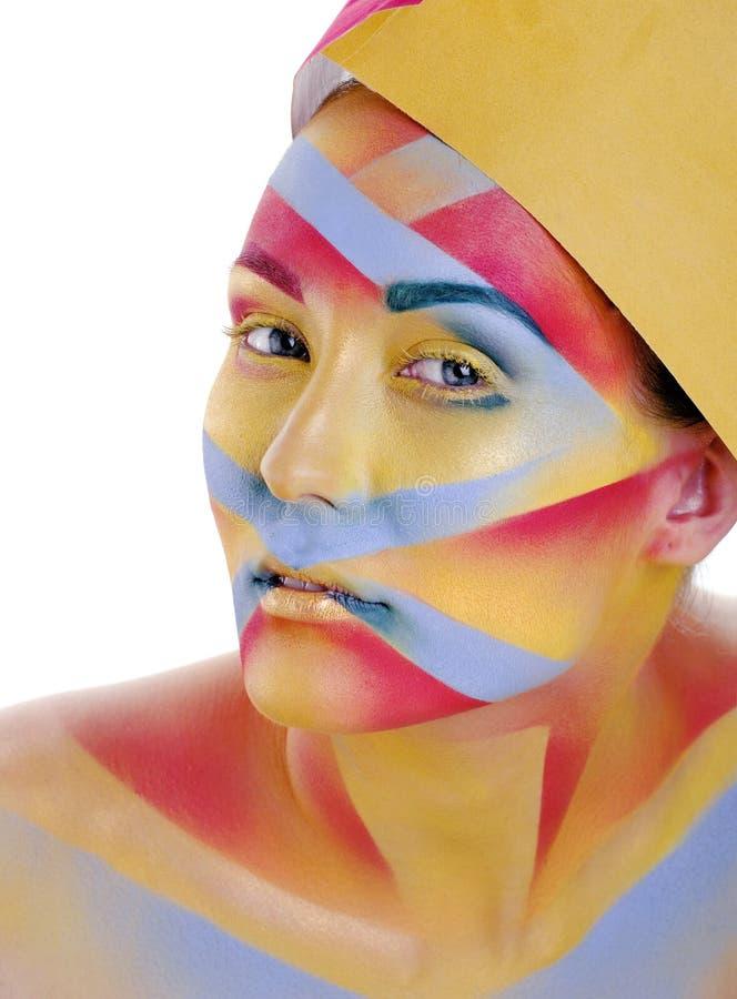 La mujer con geometría creativa compone, rojo, amarillo, sonrisa azul coloreada, concepto brillante del primer fotografía de archivo