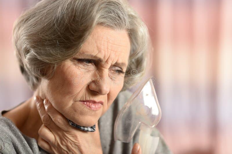 la mujer con inhala fotografía de archivo libre de regalías