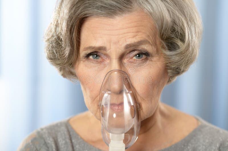 la mujer con inhala foto de archivo libre de regalías