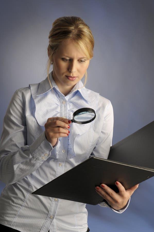 La mujer con la lupa fotos de archivo
