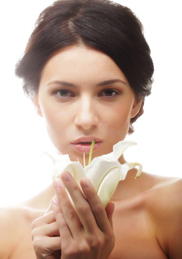 la mujer con un lirio florece imagen de archivo libre de regalías