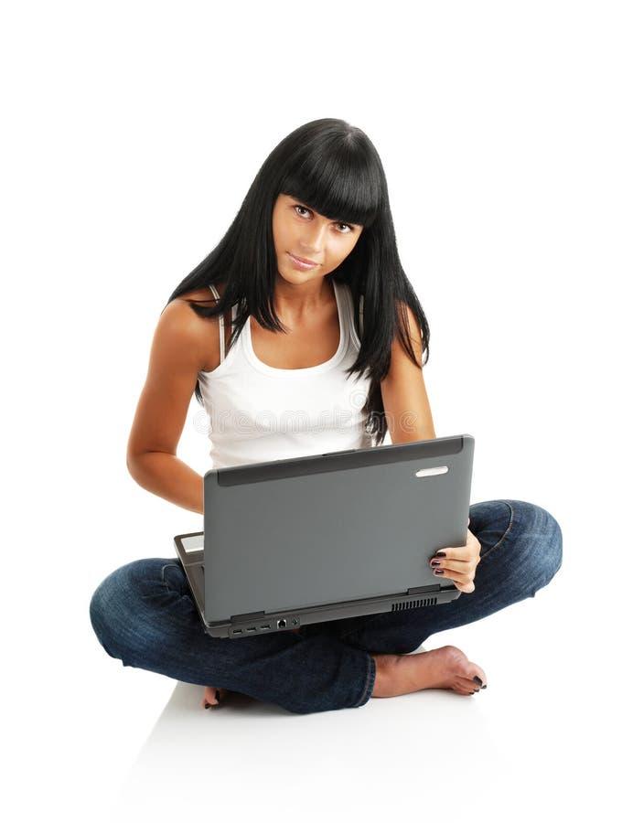 La mujer con un ordenador imagenes de archivo