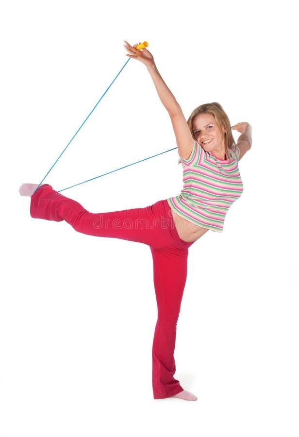 La mujer con una cuerda que salta fotografía de archivo libre de regalías