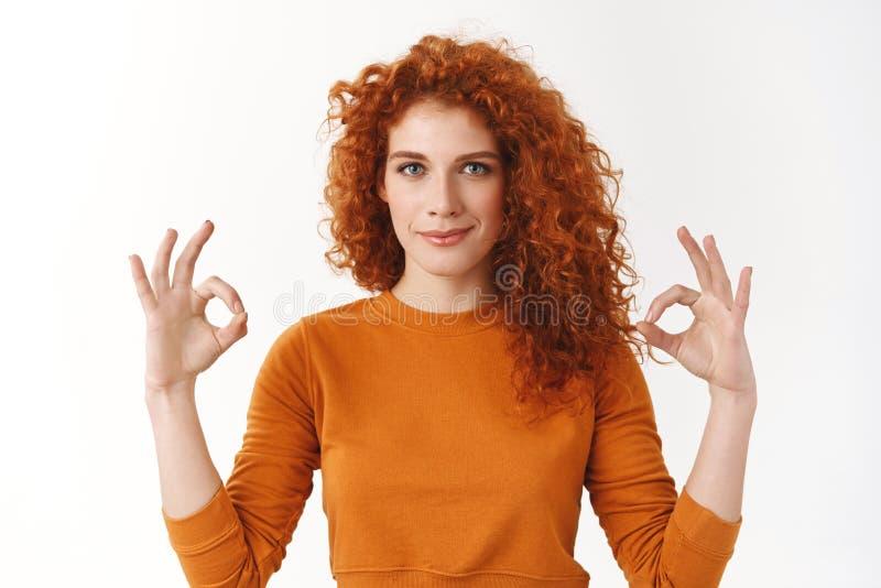 La mujer confiada asegura todo aceptable Triunfo resuelto femenino del pelirrojo ambicioso motivado, gesto de la aprobación de la fotografía de archivo libre de regalías