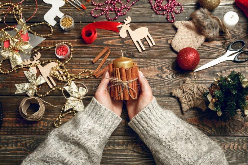 La mujer crea los regalos elegantes de la Navidad imagen de archivo libre de regalías