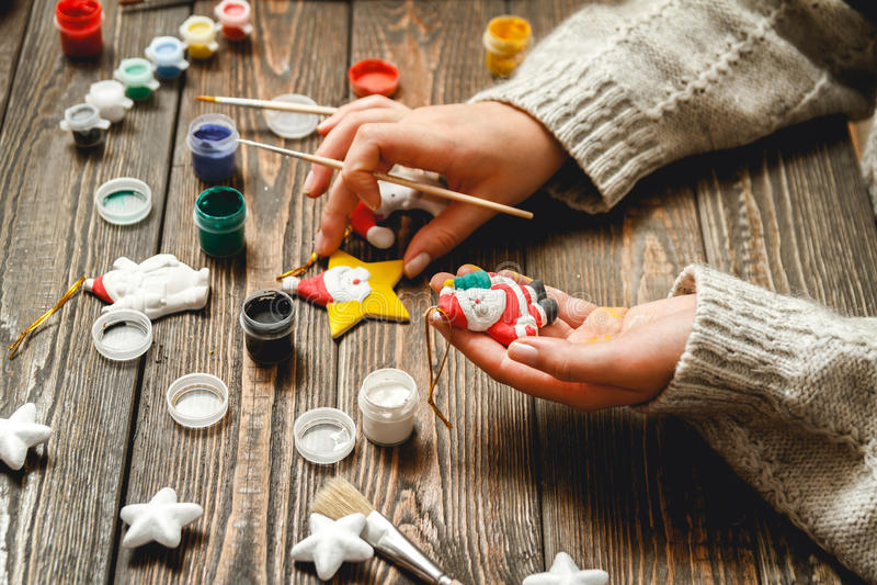 La mujer crea los regalos elegantes de la Navidad fotos de archivo libres de regalías