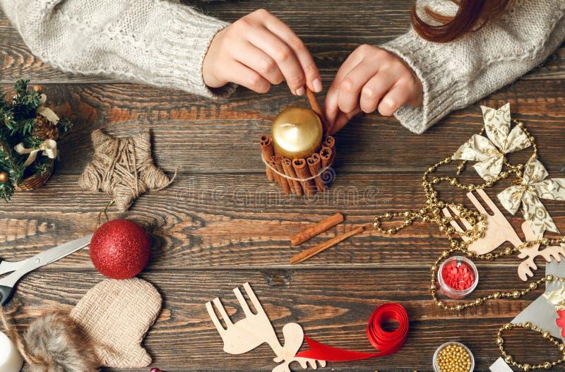 La mujer crea los regalos elegantes de la Navidad imagenes de archivo