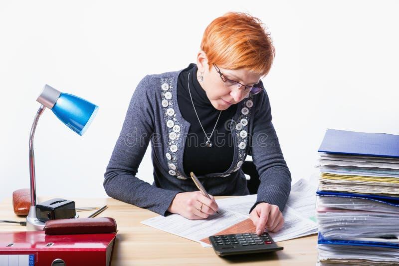 La mujer cuenta impuestos imagenes de archivo