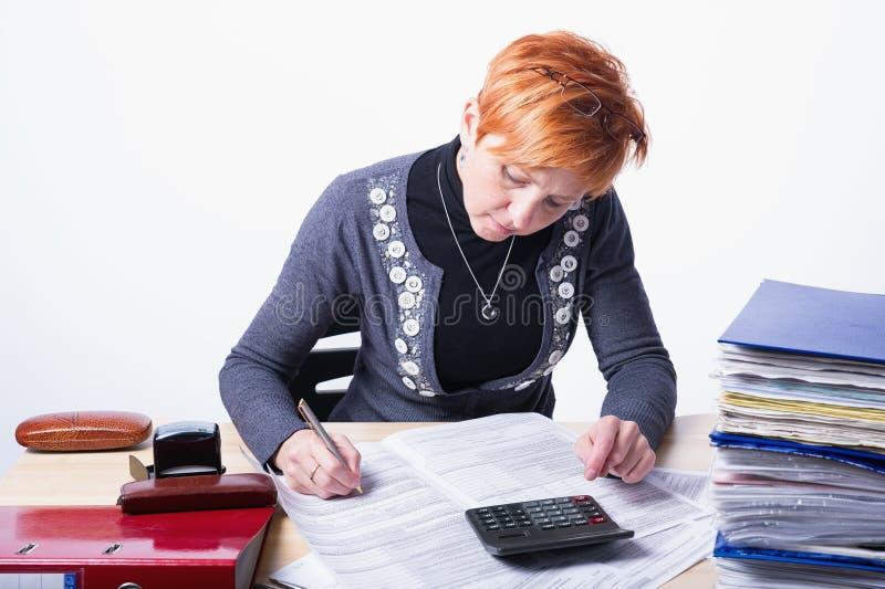 La mujer cuenta impuestos fotos de archivo