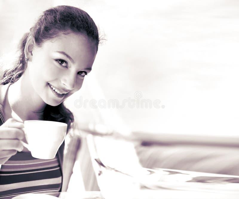 La mujer da sostener la taza de té en el fondo blanco imagen de archivo
