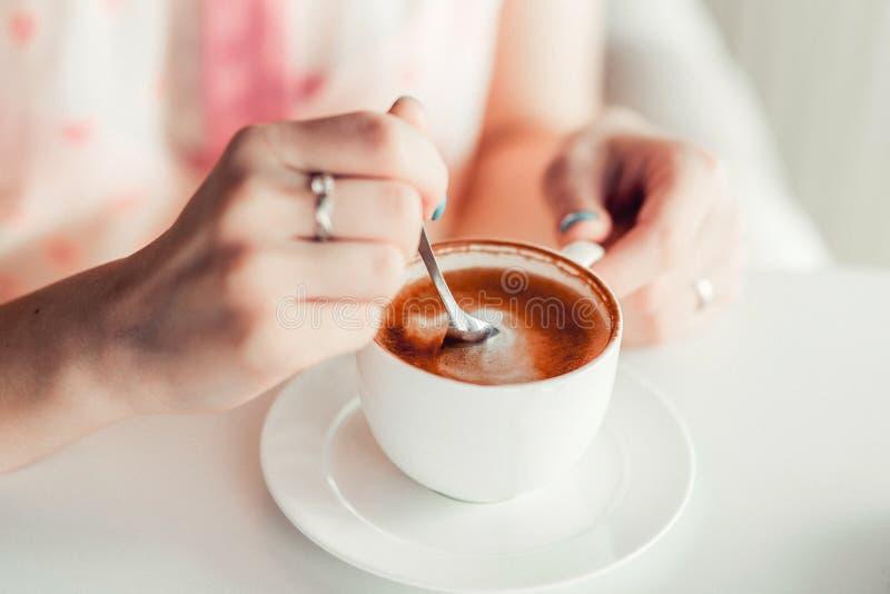 La mujer da sostener una taza de café fotos de archivo