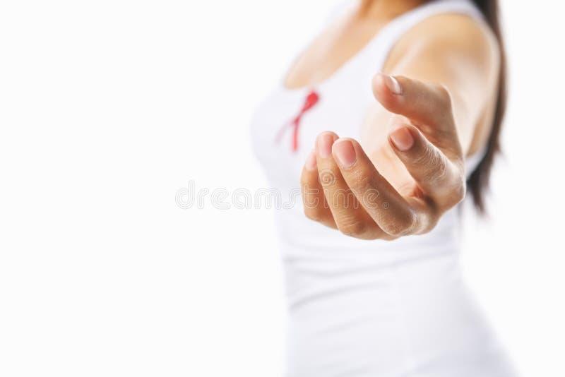 La mujer da su mano a la ayuda para la causa del SIDA imagen de archivo libre de regalías