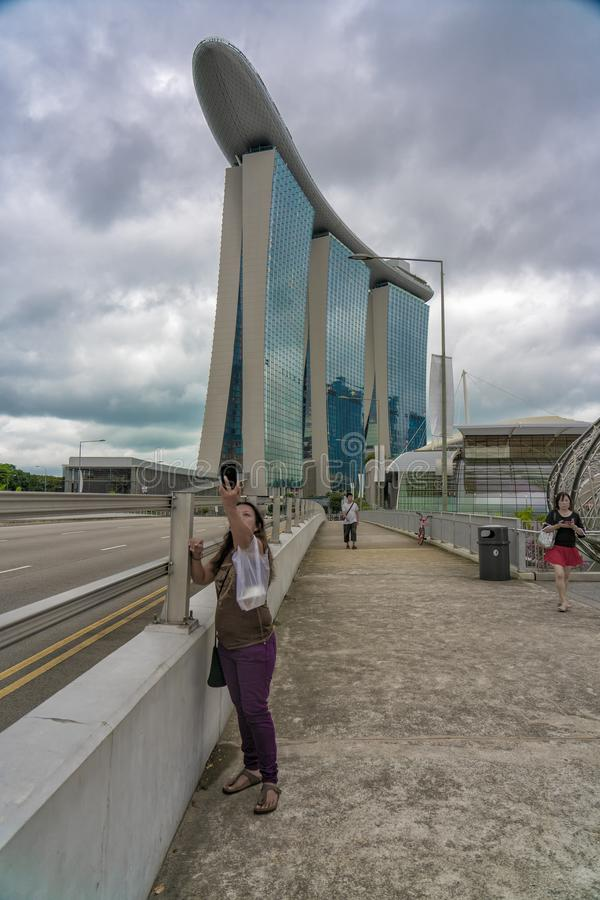 La mujer de Aisan toma el selfie con con el lugar famoso fotos de archivo libres de regalías
