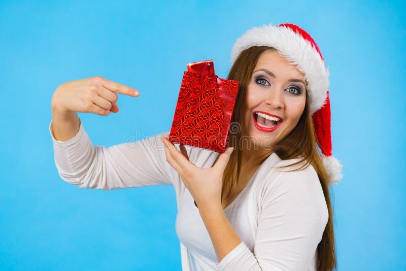 La mujer de la feliz Navidad sostiene el bolso del regalo imagen de archivo