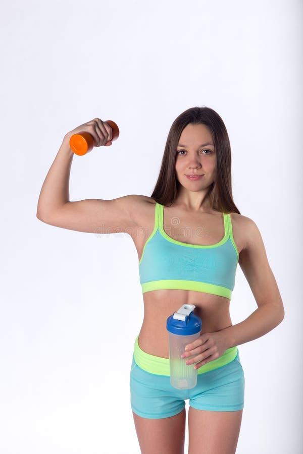 La mujer de la aptitud muestra el músculo del bíceps imágenes de archivo libres de regalías