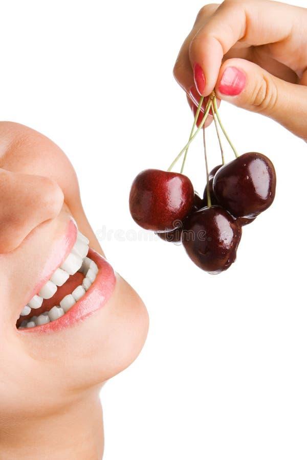 La mujer de la belleza come cerezas imagen de archivo