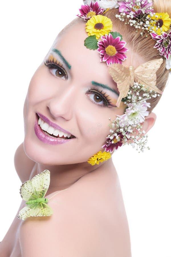La mujer de la belleza con la guirnalda sonríe en la cámara foto de archivo