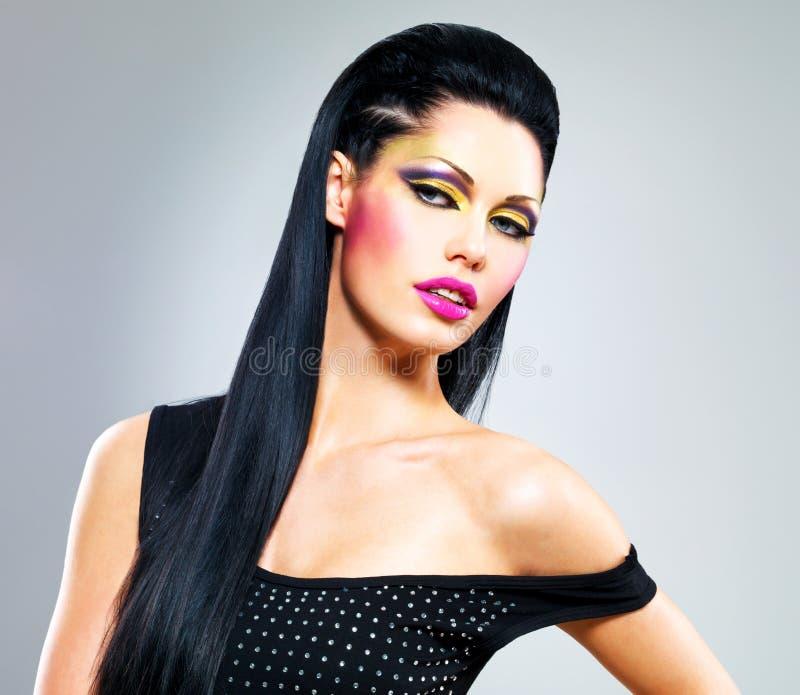 Mujer de la belleza con maquillaje de la moda en cara fotografía de archivo