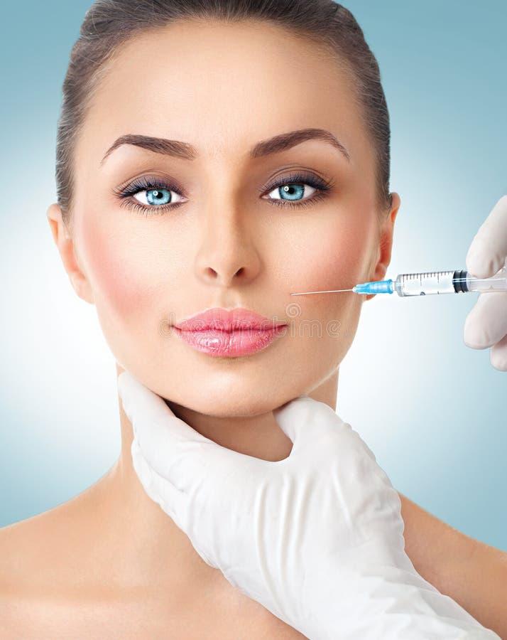 La mujer de la belleza consigue inyecciones faciales fotografía de archivo libre de regalías