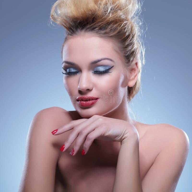 La mujer de la belleza es cerrada ella los ojos mientras que presenta fotografía de archivo libre de regalías