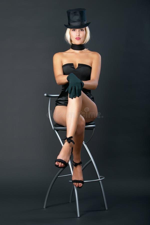 La mujer de la demostración de variedad se está sentando en silla de la barra. imagen de archivo
