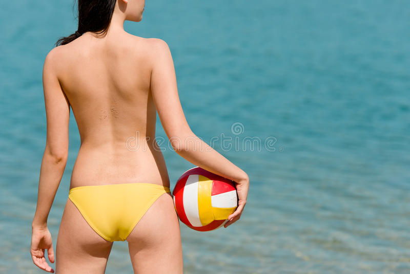 La mujer de la playa del verano goza de la bola del asimiento del sol fotos de archivo libres de regalías