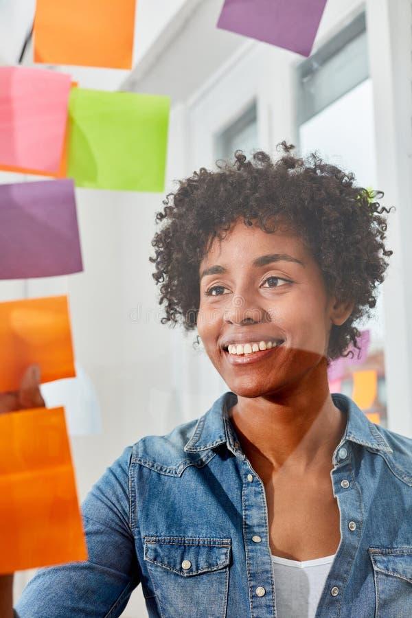 La mujer de lanzamiento joven analiza ideas en resbalones imágenes de archivo libres de regalías