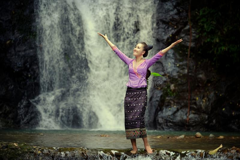 La mujer de Laos que lleva el vestido tradicional de Laos goza con el puerto de la naturaleza imagen de archivo
