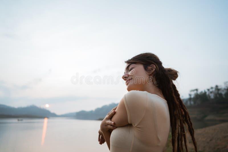 La mujer de los dreadlocks del retrato despierta por la mañana foto de archivo libre de regalías