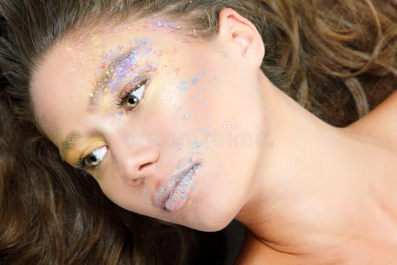 La mujer de la moda de los jóvenes con maquillaje hermoso y pelo justo largo, sea fotos de archivo